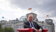 Martin Schulz, der Kanzlerkandidat der SPD, posiert für das ARD-Sommerinterview im roten Chefsessel vor dem Bundestag in Berlin.