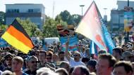 AfD-Anhänger bei einer CDU-Veranstaltung mit Angela Merkel in Bitterfeld-Wolfen. Der politische Gegner eint die Partei, doch nach der Bundestagswahl könnten die Flügelkämpfe heftiger denn je ausbrechen.
