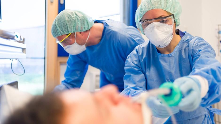 Patienten werden oft leichtfertig an Beatmungsgeräte angeschlossen, kritisiert Lungenarzt Thomas Voshaar. (Symbolbild)
