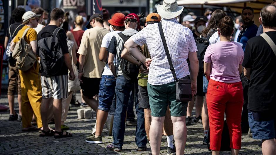 Menschen in Berlin warten in der Schlange eines mobilen Impfteams.