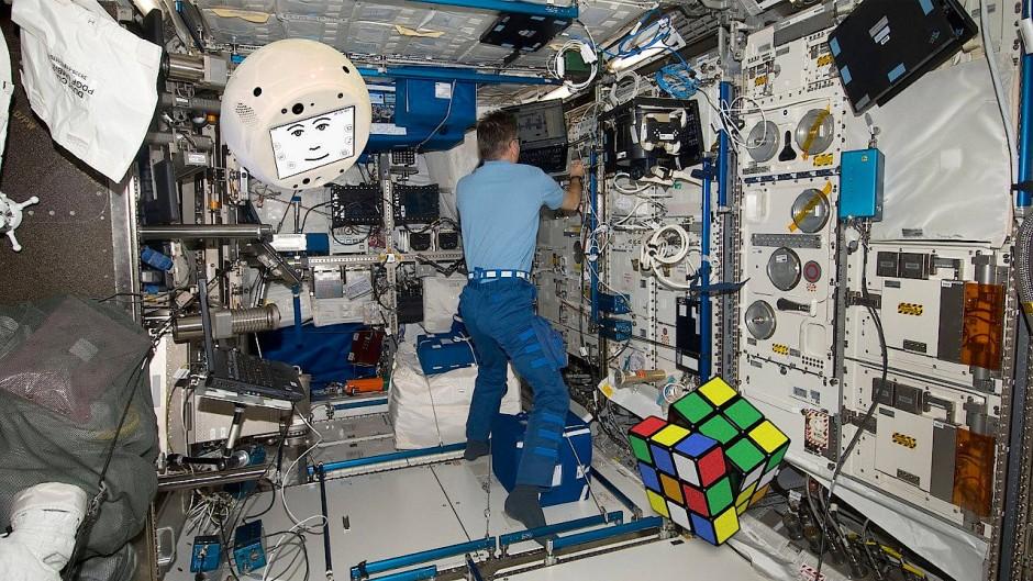 Diese Fotomontage zeigt wie der Assistenzroboter Cimon durch die ISS fliegen könnte. Morgen startet er mit Alexander Gerst gen Raumstation.