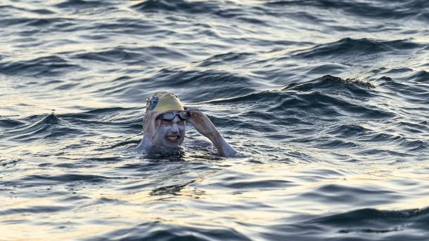 Amerikanerin durchschwimmt viermal den Ärmelkanal