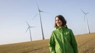 Anne Spiegel, Spitzenkandidatin der Grünen in Rheinland-Pfalz, steht vor Windrädern von Enercon bei Mainz.