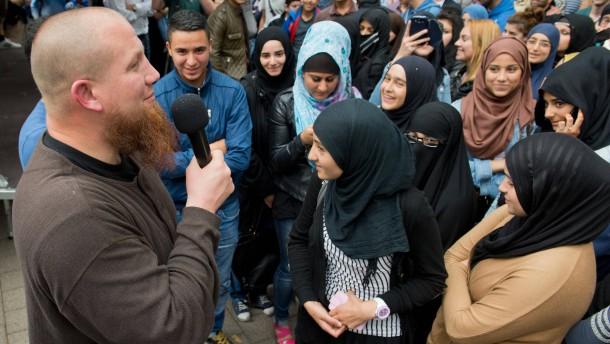 Bürger demonstrieren gegen Salafisten Pierre Vogel
