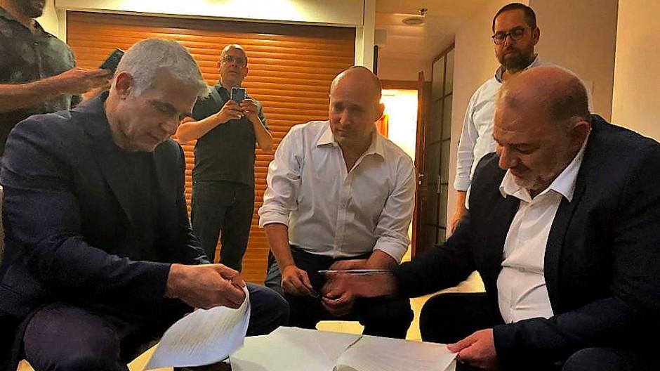 Ein ungewöhnliches Bündnis: Jair Lapid (links) neben den künftigen voraussichtlichen Koalitionspartnern Naftali Bennett (Mitte) und Mansour Abbas (rechts).