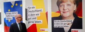 CDU-Generalsekretär Peter Tauber präsentiert die Plakate seiner Partei