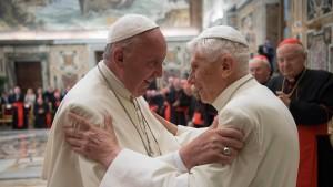 Franziskus ehrt seinen Vorgänger