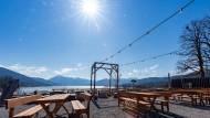 Leere Tische trotz strahlenden Sonnenscheins: Die Behörden hoffen, dass sich die Menschen am Wochenende auch bei schönem Wetter an das Kontaktverbot halten.