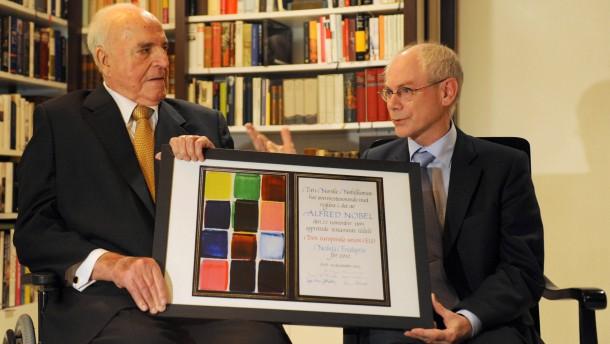 EU-Ratspraesident überreicht Kohl Kopie des Friedensnobelpreises