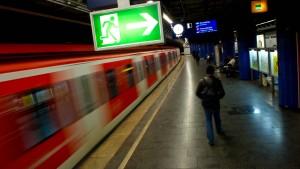 Mann wird von zwei S-Bahnen überrollt – und überlebt