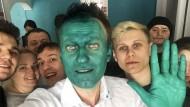 Selfie mit Unterstützern: Der russische Oppositionspolitiker Alexej Nawalnyi findet vor allem bei der Jugend Zustimmung.