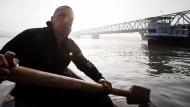 Wie ein Fischer Lebensmüde aus der Donau rettet