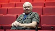 """Johann Kresnik sitzt bei einer Fotoprobe zum Theaterstück """"Sammlung Prinzhorn"""" im Februar 2012."""