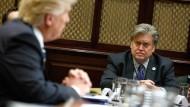 Der Chef-Ideologe und sein Präsident: Steve Bannon und Donald Trump bei einem Meeting zur Cyber-Sicherheit am 31.01.2017 im Weißen Haus.