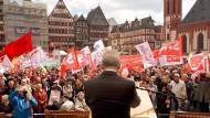 Hier fühlt er sich wohl: Frankfurts Oberbürgermeister Peter Feldmann auf der größten Mai-Kundgebung Hessens auf dem Frankfurter Römerberg.