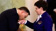 Handkuss für die Vorgängerin: Mateusz Morawiecki und Beata Szydlo am Freitag in Warschau.