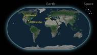 Die wochenlang kursierenden Gerüchte haben sich an diesem Montag bewahrheitet: Die Ligo-Virgo Kollaboration hat zusammen mit Astronomen siebzig anderer Observatorien (auf der Karte mit blauen Punkten markiert) bekannt gegeben, dass erstmalig die Kollision zweier Neutronensterne beobachtet wurde.