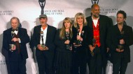 Im Januar 1998 wurde Fleetwood Mac in die Rock and Roll Hall of Fame aufgenommen. Von links: Peter Green, John McVie, Stevie Nicks, Christine McVie, Mick Fleetwood und Lindsey Buckingham.