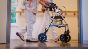 Die Pflege im Heim wird immer teurer