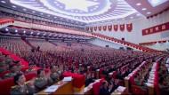 Dieses Bild aus dem nordkoreanischen Fernsehen zeigt die Abgeordneten nach der Rede Kim Jong-uns.