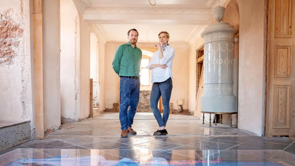 Dauerbaustelle: Friedrich und Johanna Gräfling im 400 Jahre alten Jagdschloss, das sie nach historischem Vorbild sanieren.
