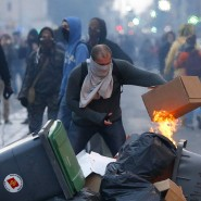 In Toulouse setzt ein Demonstrant eine Barrikade in Brand