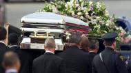 Der Sarg Whitney Houstons war mit weißen und lila Rosen geschmückt
