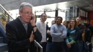 Die Studenten sind sichtlich stolz auf ihren berühmten Dozenten: Jean-Pierre Sauvage hat gerade von seinem Nobelpreis für Chemie erfahren