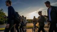 """Menschen, die auf Handys starren: In Hannover treffen sich 1000 Menschen zum """"Pokemon""""-Walk."""