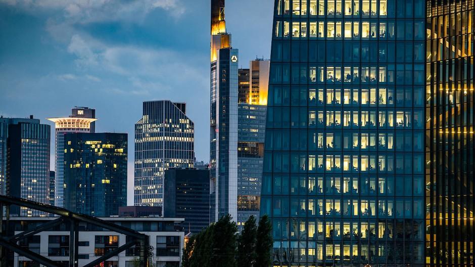 Die Skyline des Frankfurter Bankenviertels ist hinter dem Büroturm der Europäischen Zentralbank zu sehen.