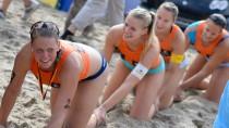 Party am Ostsee-Strand: Britta Büthe führt die Siegerinnen-Raupe an
