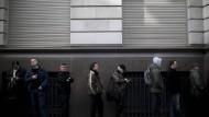 Menschen warten in einer Schlange auf die Öffnung einer Bank in Buenos Aires.