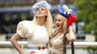 Mit Hut: zwei Besucherinnen der Pferderennwoche in Ascot