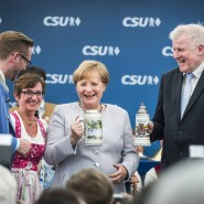 Mit Krug: Angela Merkel (Mitte) mit Horst Seehofer in München-Trudering