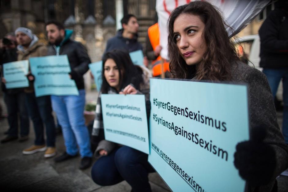 Eine Frau aus Syrien protestiert in Köln gegen sexuelle Gewalt.