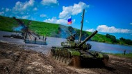 Ein Kampfpanzer des Typs T-72B überquert am 21. Juli 2017 eine Ponton-Brücke auf dem Truppenübungsplatz Sergeyevsky im östlichen Militärdistrikt.