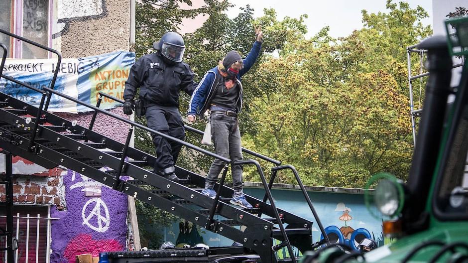 Knapp eine halbe Stunde nach Beginn des Polizeieinsatzes werden die ersten Bewohnerinnen aus einem der Obergeschosse abgeführt.