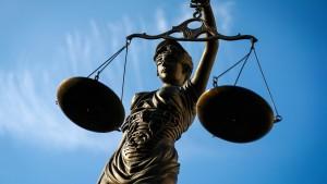 Baby zu Tode geschüttelt: Jugendlicher soll in Haft