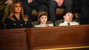 Joshua Trump schläft mitten in Trumps Rede ein