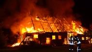 Eine Scheune brennt in Jamel (Mecklenburg): Die Bewohner des Hauses engagieren sich gegen Rechte