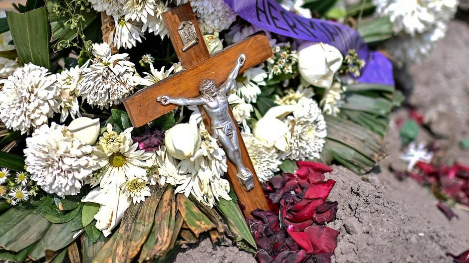 Kreuz und Blumen auf dem Grab eines Corona-Opfers in Valle de Chalco, Mexico