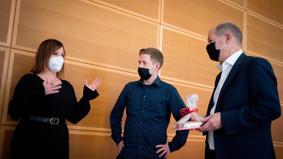 Jessica Rosenthal, Kevin Kühnert und Olaf Scholz beim Juso-Bundeskongress am 28. November