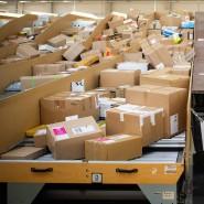 Die DHL-Paketzentren, wie hier in Berlin, sind voll. Daran wird sich nach Einschätzung der Deutschen Post auch nach der Pandemie nichts ändern.
