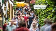 Eng, aber beliebt: Die Drosselgasse in Rüdesheim am Rhein ist nach wie vor ein begehrtes Fotomotiv und Touristenziel.