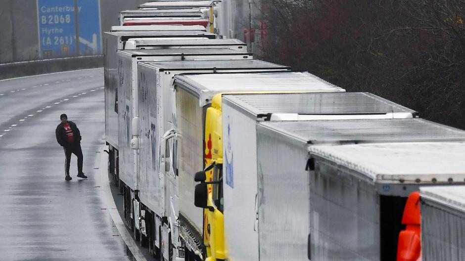 Nichts geht mehr: Am Montag stauen sich die Lastwagen auf dem Weg zum Ärmelkanal.