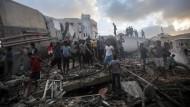 Palästinenser inspizieren die Schäden nach einem israelischen Luftangriff.