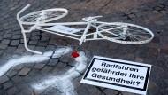 Die Initiative Ghostbike Frankfurt erinnert an die Opfer von Verkehrsunfällen in der Mainmetropole. (Symbolbild)