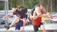 Die beiden finnischen Paare haben offensichtlich die Etappe durchs Wasser schon hinter sich - und sind voll dabei. Das deutsche Team verbrachte für den Wettbewerb gleich seine Flitterwochen in Finnland.
