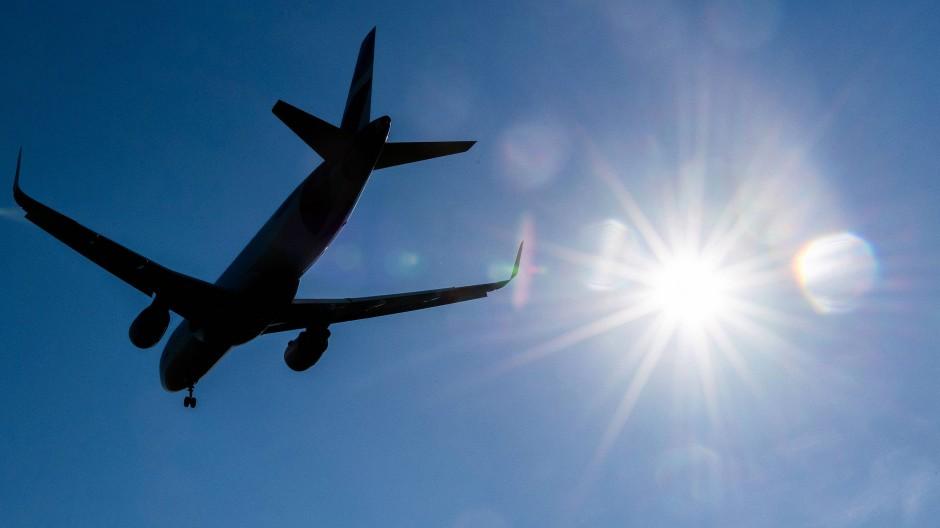 Die Bundesregierung pocht auf mehr Klimaschutz im Luftverkehr.
