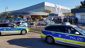 Personal des Düsseldorfer Rheinbades flüchtete vor Störern